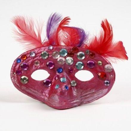 Masker van papier-mâché met veren en strasstenen