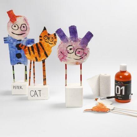 Figuren van karton met gipsgaas op standaard