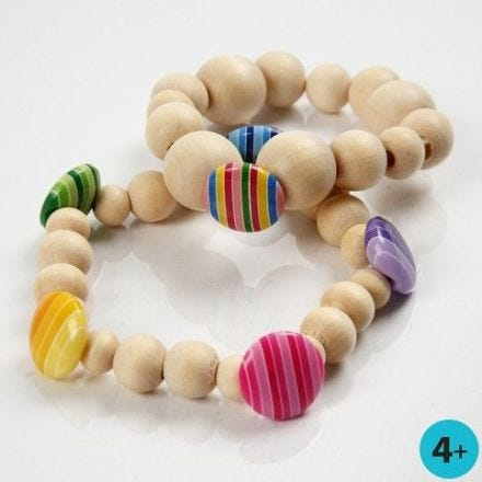 Armbanden met houten kralen en plastic knopen
