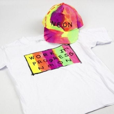 Neon Textil Color op een T-shirt en cap