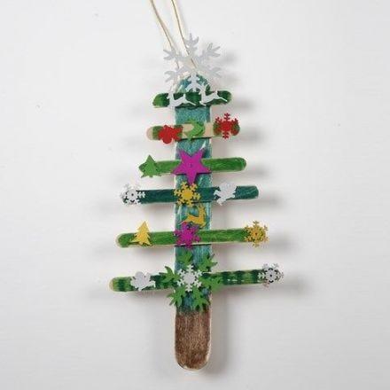 Een kerstboom van ijsstokjes met pailletten