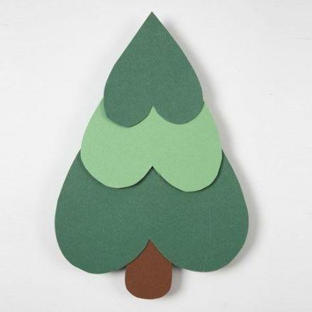 Kerstboom gemaakt van kartonnen harten