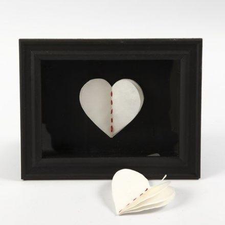 Een 3D ingelijst hart van lagen papier