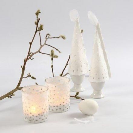 Handgemaakt papier met gaten voor eierwarmers en waxinelichten