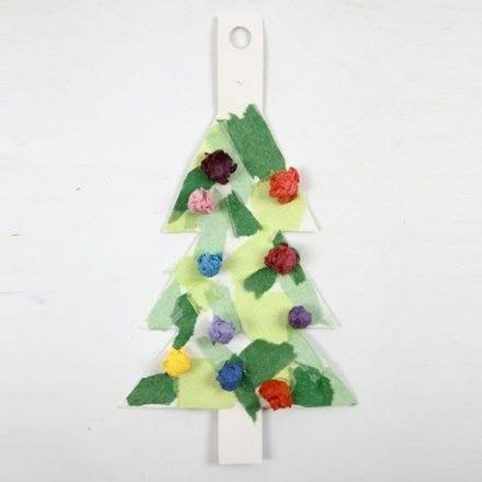 Een kerstboom van karton gedecoreerd met tissuepapier