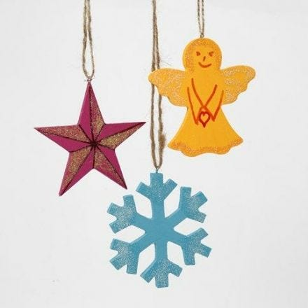 Geverfde houten kerstdecoraties versierd met stiften en glitter