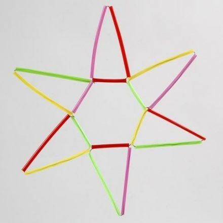 Een ster gemaakt van kleurrijke constructie rietjes en bloemdraad