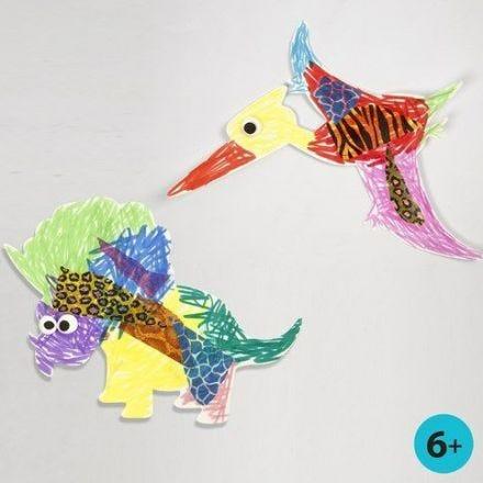 Een geverfde en versierde dinosaurus en Pterodactylus van karton