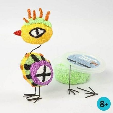 Een vogel van Foam Clay op eieren van styropor met metalen poten