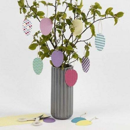 Decoratieve hangende eieren gemaakt van karton met een patroon