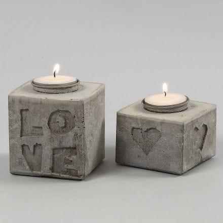gegoten kaarshouders met letters en vormen in reliëf