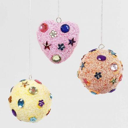 Hangende decoraties met pastelkleurige Foam Clay en strasstenen