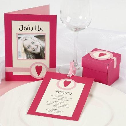 Roze uitnodigingen en tafeldecoraties