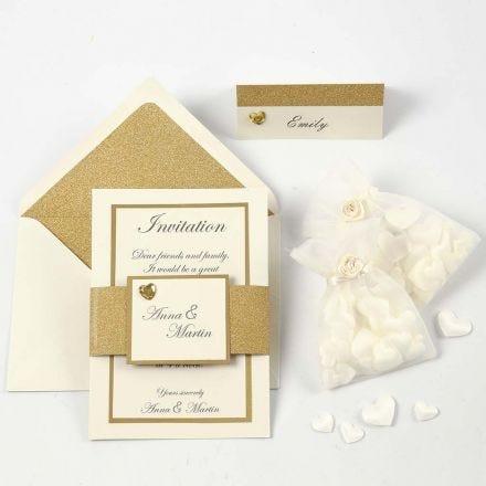 Een off-white en gouden uitnodiging en naamkaart