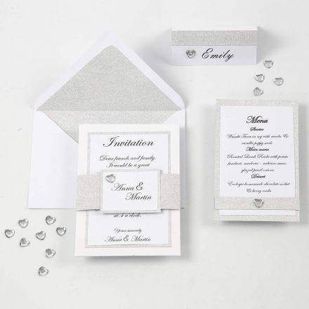 Een witte en zilveren uitnodiging, menukaart en naamkaart