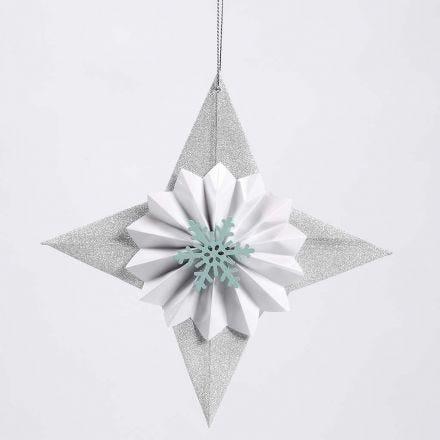 Een glinsterende papieren ster gedecoreerd met een rozet