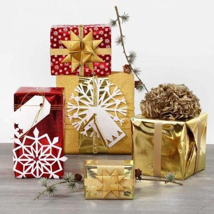 Cadeaus ingepakt met metallic geschenkpapier en glanzende decoraties