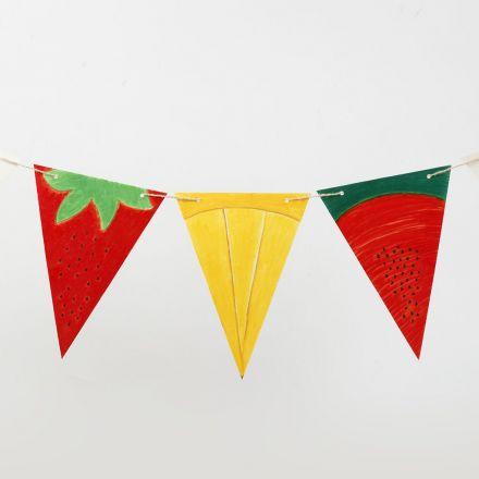 Slinger van gedecoreerde kartonnen vlaggen