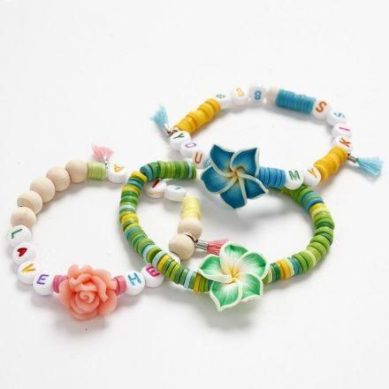 Elastische armbanden met kralen in zomerse kleuren