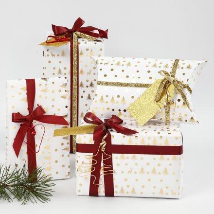 Kerstcadeaus verpakt in wit en goud geschenkpapier