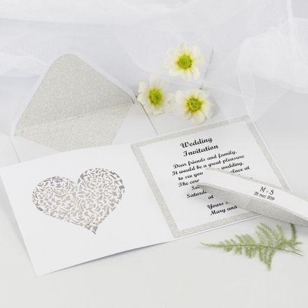 Uitnodiging voor huwelijk met cut-out filigraan hart en bijpassende envelop