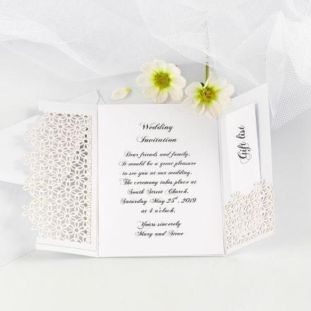 Uitnodiging voor bruiloft met bloemen van karton