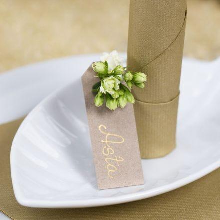 Plaatskaart van een manilla label met een bloem voor decoratie
