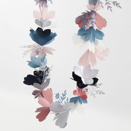 Slinger van geponste bloemen
