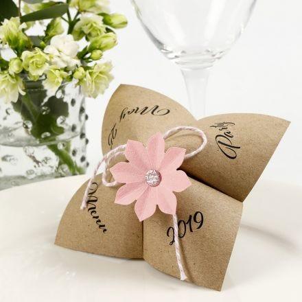 Menukaart met een papieren waarzegster en geponste bloemen