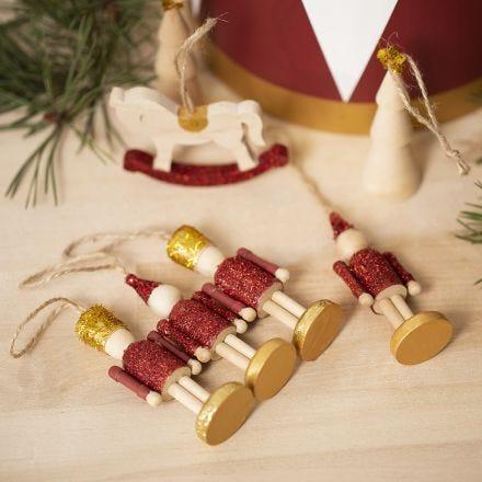 Houten kerstfiguren gedecoreerd met acrylverf en glitter