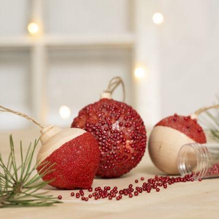 Kerstballen gedecoreerd met Sticky Base en kleine glaskralen