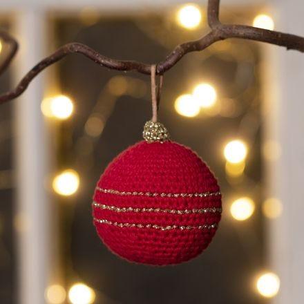 Ronde kerstbal gehaakt van katoengaren