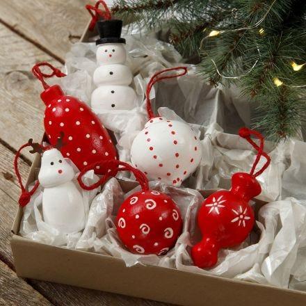 Houten figuren en houten kerstballen om op te hangen gedecoreerd met acrylverf