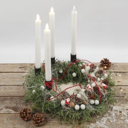 Een adventskrans versierd met natuurlijke materialen en LED-kaarsen
