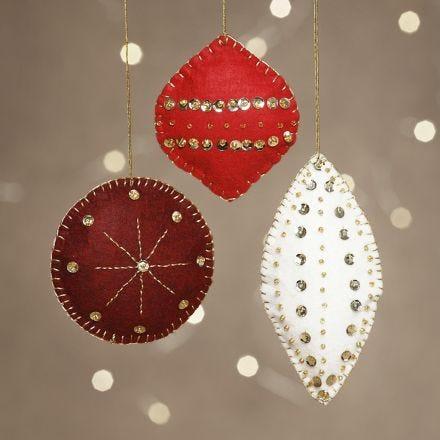 Kerstdecoratie van vilt geborduurd met kralen