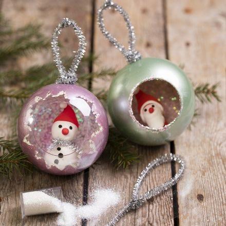 Kerstballen met Art Metal verf en Silk Clay minifiguren