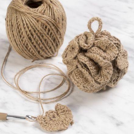 Een gehaakte badspons van natuurlijk touw