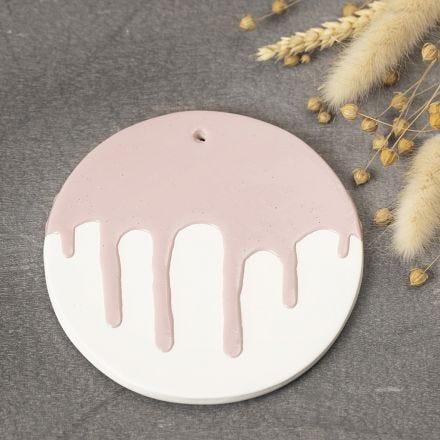 Een decoratief bord van zelfhardende klei met een geglazuurd effect