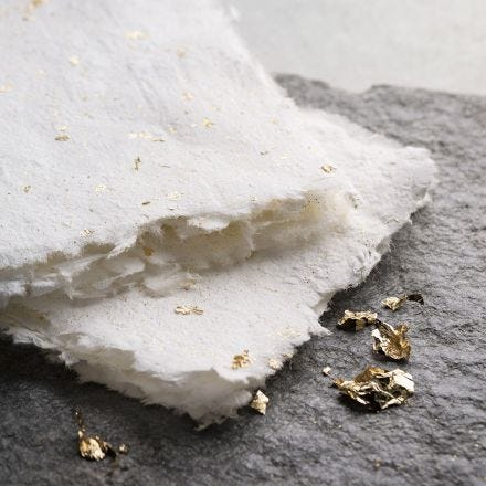 Zelfgemaakt papier met goud en glitter