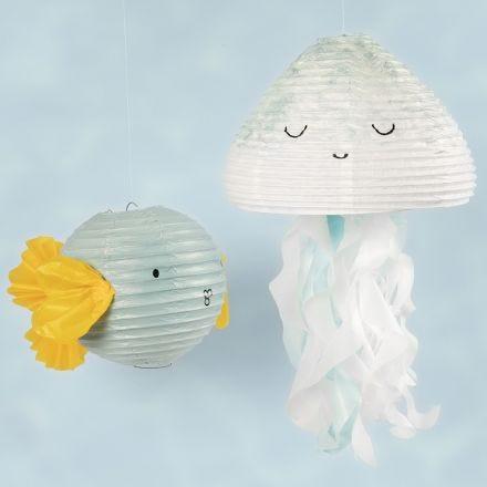Een kwal en een vis van rijstpapierlampen gedecoreerd met hobbyverf en tissue papier