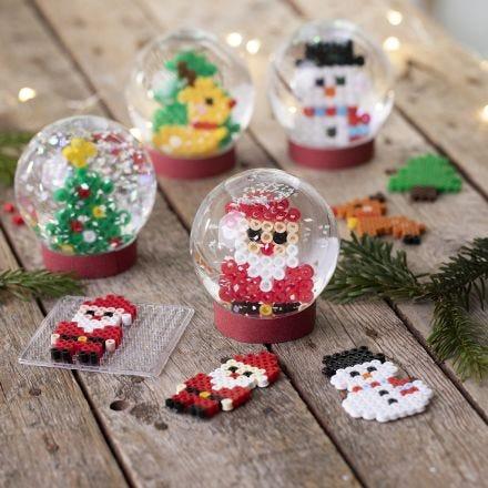 Sneeuwbollen met kerstfiguren gemaakt van Nabbi strijkkralen