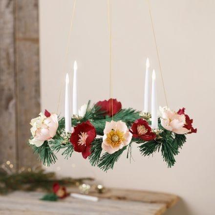 Een adventskrans met bloemen van crêpepapier