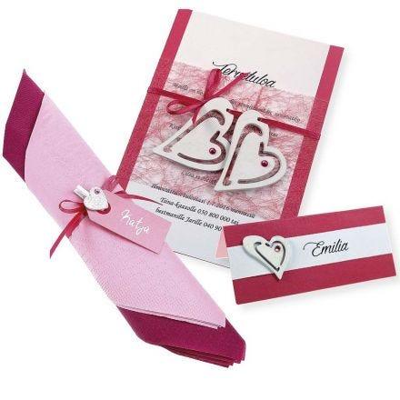 Een roze en witte uitnodiging, naamkaart en servet decoratie