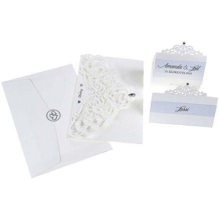 Een uitnodiging, naamkaart en tafeldecoraties van parelmoerpapier en filigraan