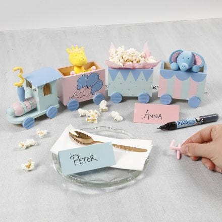 Verjaardagstrein versierd met hobbyverf, een Silk Clay nummer en Silk Clay dieren