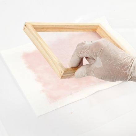 Hoe maak je zelfgemaakt papier gekleurd met aquarelverf