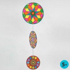 Een mobile gemaakt van kartonnen cirkels met mandela patronen