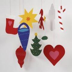 Kinderen maken kerstversiering