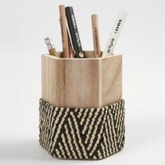 Gevlochten raffia op een pennenbakje