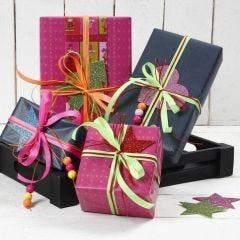 Cadeaus ingepakt met linten in neon kleuren en glitter